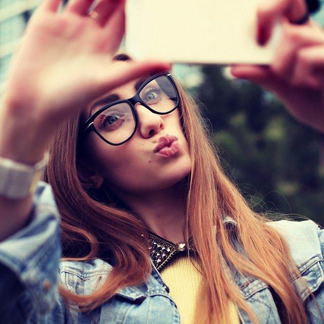 Selfie Chick640